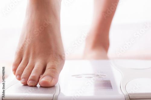 体重計に乗る女性、ダイエット、美容 Canvas Print