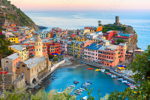 Photo  Aerial view of Vernazza fishing village at sunset, seascape in Five lands, Cinque Terre National Park, Liguria, Italy