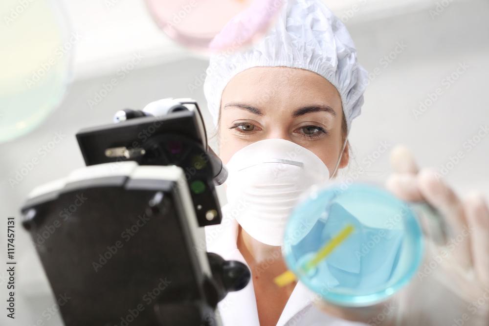 Fototapeta Badanie twardości wody w laboratorium chemicznym.