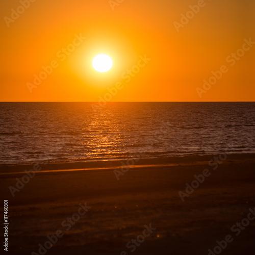 Papiers peints Orange eclat Beautiful seascape sunset over the Baltic sea