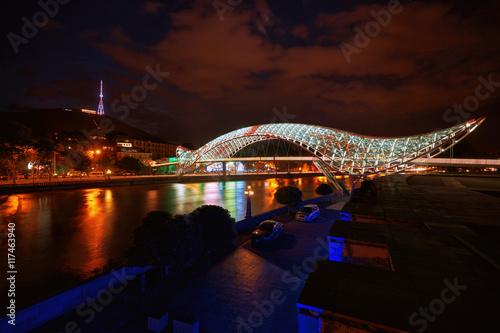 most-pokoju-jest-mostem-dla-pieszych-w-ksztalcie-luku-nad-rzeka-kura-w-centrum-tbilisi-stolicy-gruzji