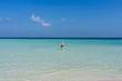 Femme sur une plage de rêve