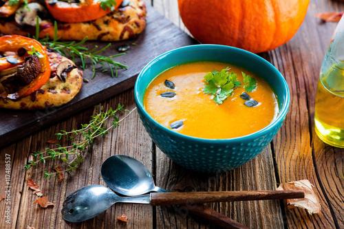 Plakat Świeża zupa dyniowa i focaccia z dyni