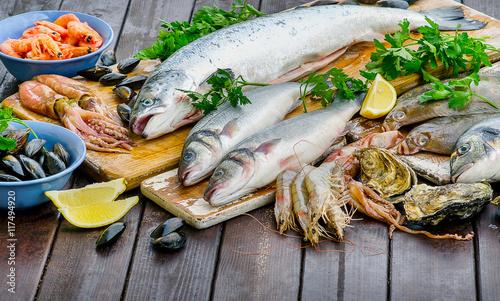 Fotografía  Raw seafood on a wooden board.