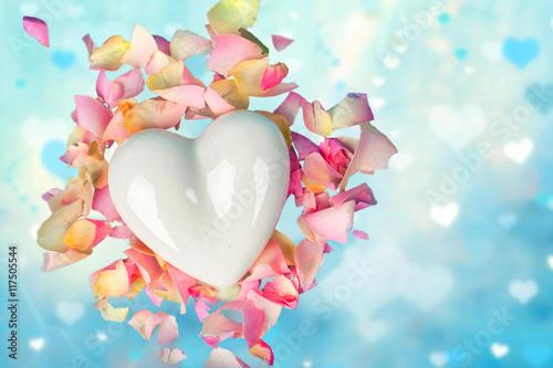 Fényképezés  Porzellanherz mit Blütenblättern