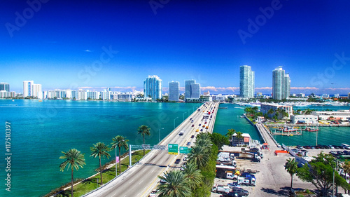 In de dag Donkerblauw MacArthur Causeway and Miami skyline from the air