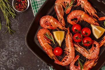 Panel Szklany Grill Grilled shrimps with lemon and rosemary on frying pan.