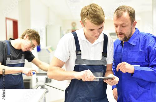 Fotografía  Jugendliche in der handwerklichen Berufsausbildung mit Meister // Teenagers in c