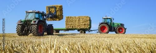 Getreideernte - Aufladen von Strohballen