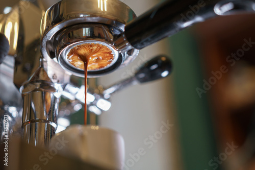 espresso pouring from bottomless portafilter Fototapeta
