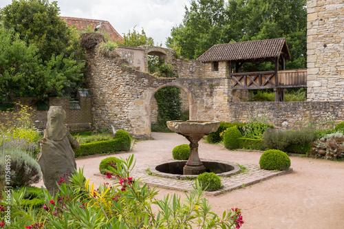Fotobehang Fontaine Cour du château et fontaine