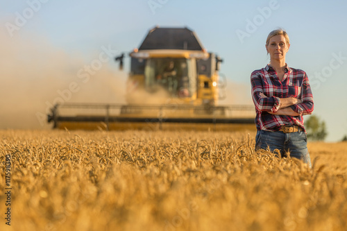 Foto female farmer and combine harvester