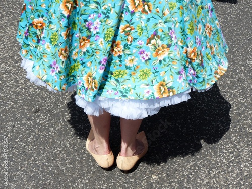 Obraz na plátně Sommerkleid mit Blumenmuster und Petticoat im Stil der Fünfzigerjahre bei den Go