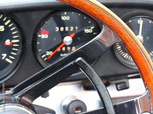 Fotografie, Obraz  Holzlenkrad und klassische Rundinstrumente eines deutschen Sportwagen der Sechzi
