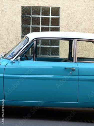 фотография  Fahrertür einer blauen zweitürigen deutschen Limousine mit weißem Dach vor einer