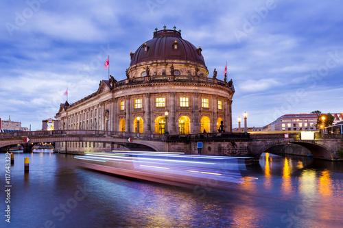 Zdjęcie XXL Berlin nocą, łódź na Szprewy przed Wyspą Muzeów