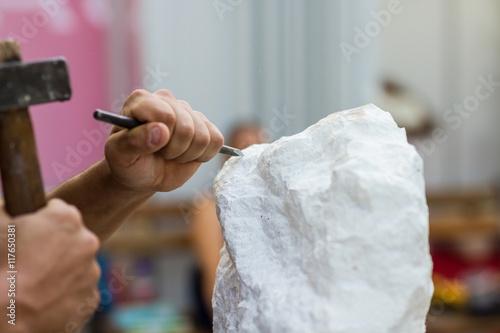 Foto  Mann, der Steinstatue schnitzt