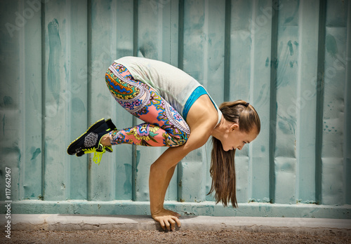 Poster Havana Fit woman doing exercise near the wall outdoor