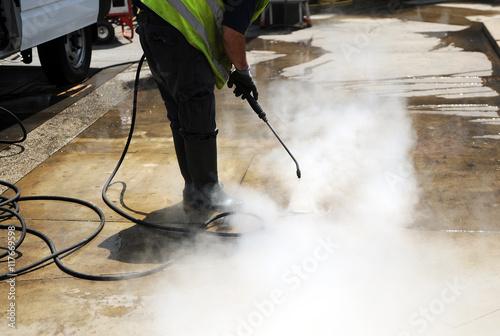 Fotografie, Obraz  Limpieza del pavimento con agua a presión