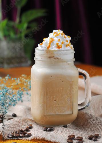 Foto op Plexiglas Milkshake Caramel chocolate milkshake