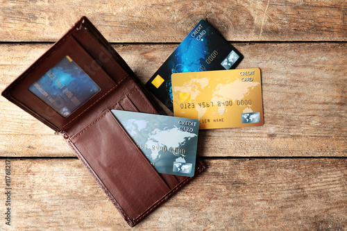 Fotografía  Credit cards in leather wallet on wooden background