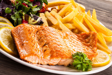 FototapetaFried salmon, chips and vegetables