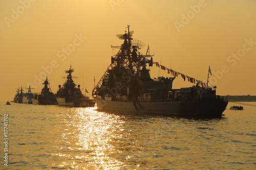 Obraz na dibondzie (fotoboard) sylwetka wojskowych statków na zachód słońca