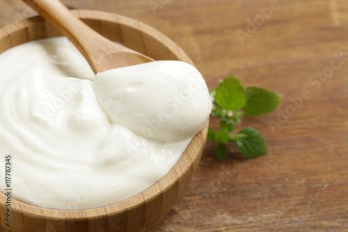 Fotografia homemade organic sour cream in a wooden bowl