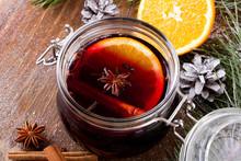 Grzaniec Bożonarodzeniowy Z Cynamonem, Anyżem I Plastrami Pomarańczy Na Drewnianym Tle