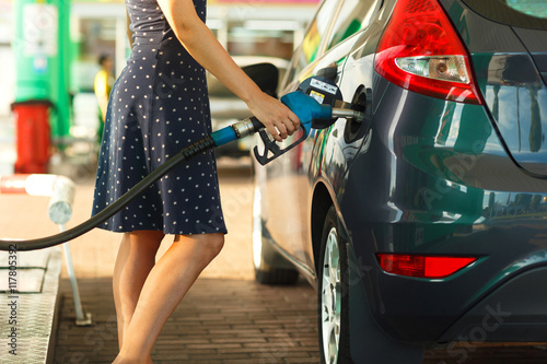 Fotografía  Woman fills petrol into her car