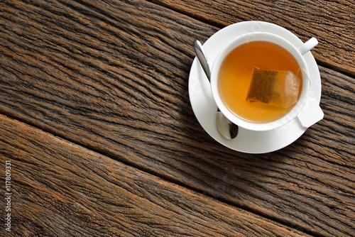 Zdjęcie XXL Odgórny widok filiżanka herbata z herbacianą torbą na drewnianym stole