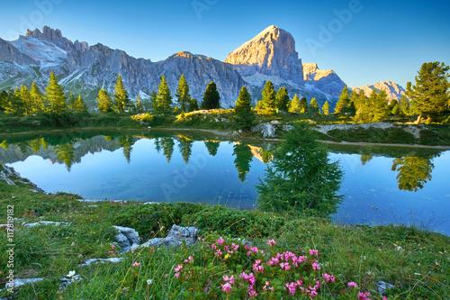 Fotografie, Tablou  Lago di Limides, Bergsee in den Dolomiten am Sommerabend