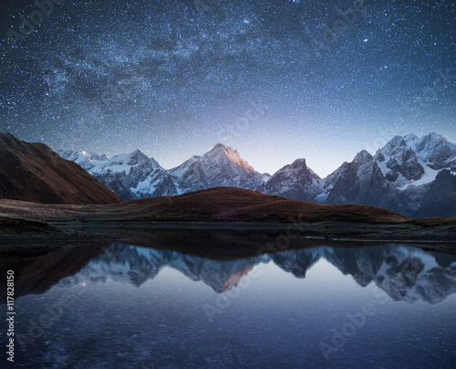 In de dag Nacht Night landscape with a mountain lake and a starry sky