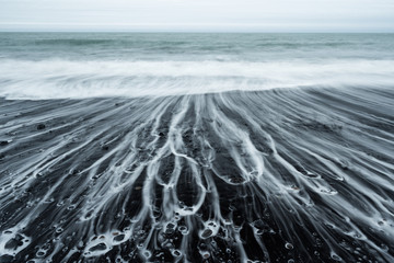 Panel Szklany Marynistyczny Ocean Beach with black sand and beautiful foam in Iceland