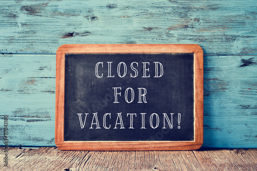 Fototapeta text closed for vacation in a chalkboard