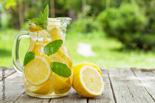 Carta da parati Lemonade with lemon, mint and ice