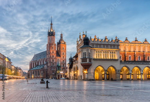 Poster Cracovie St Mary's church and Cloth Hall on Main Market Square in Krakow, illuminated in the night