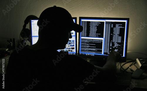Valokuva  Computer Hacker blickt auf zwei Monitore