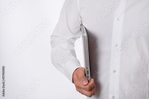 Fototapeta businessman w białej koszuli trzyma laptopa na białym tle obraz