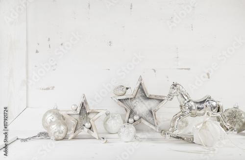 Foto-Tapete - Shabby Chic Weihnachten Hintergrund mit Holz und Dekoration in grau, weiß und silber. (von Jeanette Dietl)
