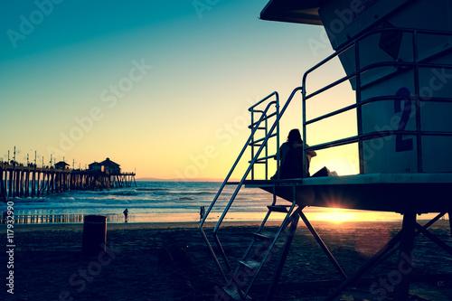In de dag Schip Serene peaceful beach at dusk with a guitar player