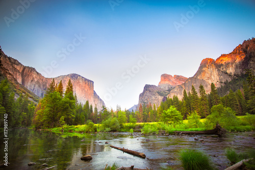 Photo  Iconic Valley View, also known as Gates to the Valley, at Yosemite National Park in California with El Captain and the Merced River in view