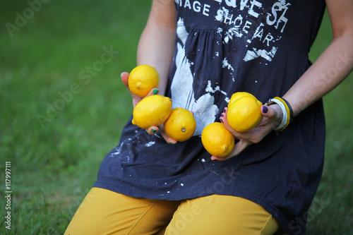 cytryny w ręku dziewczyny 2