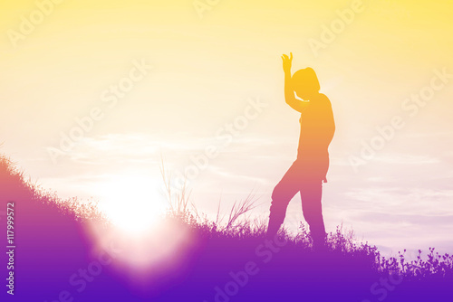 Poster Ecole de Yoga Silhouette of woman So happy at sunset