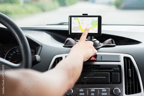 Fotografia  Ręka kobiety za pomocą nawigacji GPS