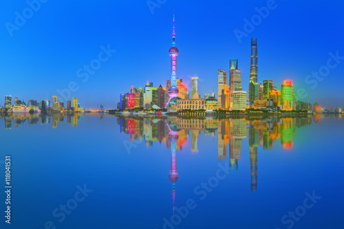 Photo  Beautiful night Shanghai's cityscape with the city lights on the Huangpu River,