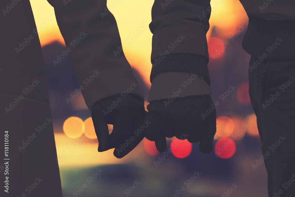 Fototapeta Silhouettes of a couple with de-focused city lights.