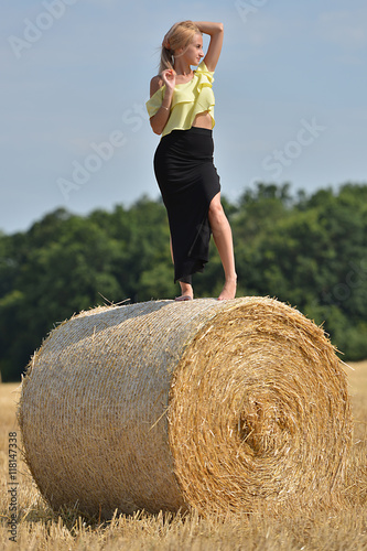 Photographie  femme posant en botte de foin