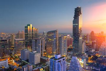 Pogled iz zraka na moderne poslovne zgrade u Bangkoku, kondominij u centru grada Bangkoka, toranj Mahanakorn sa zalaskom sunca, Bangkok, Tajland ..