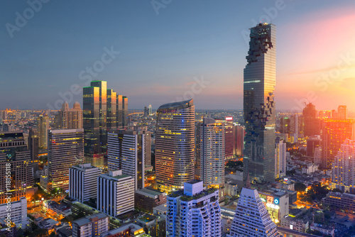 Photo Aerial view of Bangkok modern office buildings, condominium in Bangkok city downtown,Mahanakorn tower with sunset sky , Bangkok , Thailand